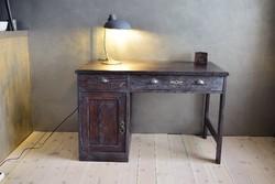 Ipari, régi irodai stílusú íróasztal patinás viaszolással újrakezelve, felújítva.