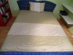 Ágyterítő. Diszkrét színvilág, elegáns ágytakaró 190x190 cm párnahuzattal olajzöld fehér hímzett