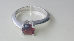 Ezüst gránátköves gyönyörű soliter gyűrű 925.   II.