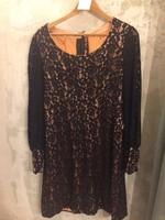 60-as évekbeli fekete csipke és lazac szaténnal bélelt ruha