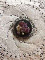 Különleges technikával hímzett virágos bross