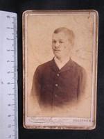 FOTÓ FOTÓGRÁFIA FÉNYKÉP MŰTERMI JELZETT KEMÉNYHÁTÚ IFJÚ FIÚ LEGÉNY KÉPMÁS VESZPRÉM cca 1890