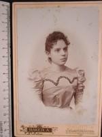 FOTÓ FOTÓGRÁFIA FÉNYKÉP MŰTERMI JELZETT ELŐKELŐ LÁNY HÖLGY KÉP SELMECZBÁNYA cca 1890