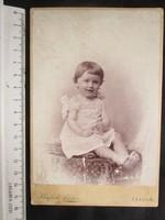 FOTÓ FOTÓGRÁFIA FÉNYKÉP MŰTERMI JELZETT KEMÉNYHÁTÚ LALA GYERMEK FIÚ LÁNY RUHÁBAN KÉP ARAD 1901