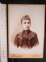 FOTÓ FOTÓGRÁFIA FÉNYKÉP MŰTERMI JELZETT KEMÉNYHÁTÚ ELŐKELŐ HÖLGY DÁMA NŐ KÉP BUDAPEST cca. 1890