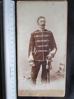 FOTÓ FOTÓGRÁFIA FÉNYKÉPJELZETT KEMÉNYHÁTÚ HUSZÁR FŐTISZT ARANY BOJTOS KARD KÉP TEMESVÁR cca 1890