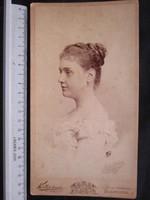 FOTÓ FOTÓGRÁFIA JELZETT FÉNYKÉP KEMÉNYHÁTÚ ELÖKELŐ DIVAT HÖLGY DÁMA NŐ KÉP BUDAPEST cca 1900