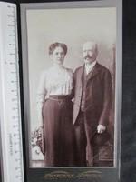 FOTÓ FOTÓGRÁFIA FÉNYKÉP JELZETT KEMÉNYHÁTÚ ELÖKELŐ PÁR FÉRFI + HÖLGY KÉP 1912
