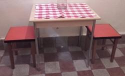 RETRO DESIGN - ESSEN konyhai asztal fém lábakon+ 2 db sky bevonatú ülőke (hokedli, kis szék, puff )