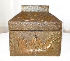 Antik, szecessziós, kalapált bronz burkolatú, fa ékszertartó doboz