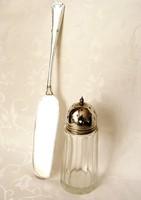 Antik, ezüstözött kupakos, jelzett cukorszóró, gyönyörű, szintén ezüstözött, elegáns tortalapáttal