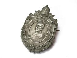 XV.Benedek pápa jelvény.