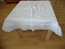 Újra divatos Csipketerítő fodorral fehér csipkével asztalra, komódra párban