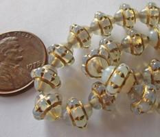 Nagyon szep Cseh 8mm Tej Opal Arany Cizellalt Uveg Gyongyok