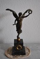 Bronz szobor- szárnyas nőalak babérkoszorúval