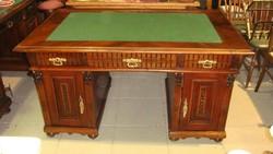 Nagyon nagy ónémet íróasztal, felújítva.