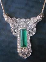 Ezüst medál és lánc smaragd kővel.Gyönyörű.