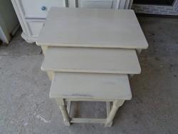 Egymásba tolható asztalok 3 db