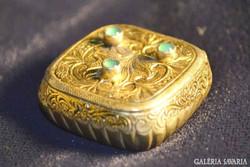 Ezüst pirulást dobozka véset díszitéssel aranyozott