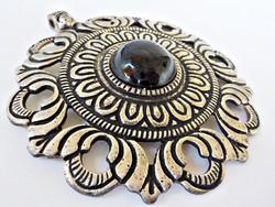 Hatalmas méretű ezüst színű medál fekete kővel