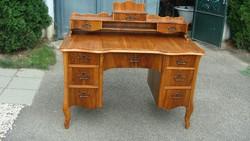 Tízfiókos neobarokk íróasztal.
