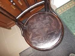 Egy  régi  nyomott  szék