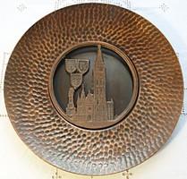Budapest, Mátyás templom, bronz fali tányér