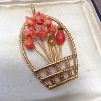 Aranyozott fém medál-bross faragott nemes korallal