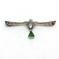 468. Art Deco Melltű Gyémántokkal és Smaragddal c 0.45 ct