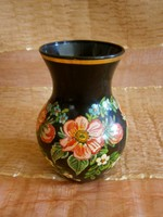 Virág mintával festett nagyon szép fekete üveg váza Portugáliából 11 cm