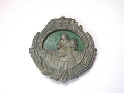 Régi, koronás fém medalion.