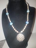 Opalit és valódi gyöngy nyaklánc cirkon medállal.