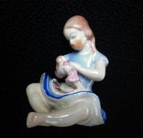 Drasche babázó kislány