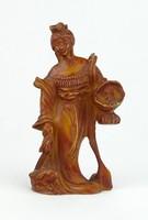 0R384 Kosarat vivő nő nyúllal műgyanta szobor