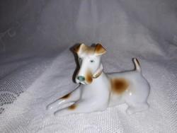 Zsolnay  fekvő  foxi kutya