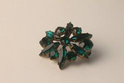 Art Deco kitűző zöld kövekkel