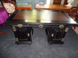 Fekete íróasztal