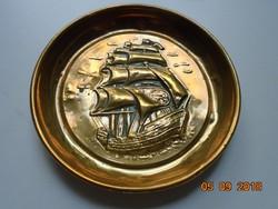 Dombor vitorlás hajóval kis réz dísztál-11,5 cm