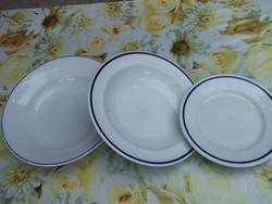 Retro Zsolnay tányérok a híres kék szegélyes kórházi, utasellátós