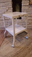 Fehér két szintes guruló asztalka , talán kórházi vagy patikai