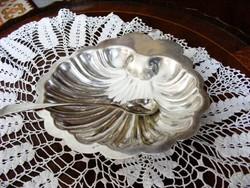 Antik, ezüstözött, kagyló formájú, csinos kínáló tálka, asztalközép, hozzá szép hosszú nyelű kanálka