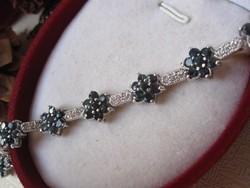 Elegáns virág karkötő - 925 ezüst, természetes, sötét zafír kövekkel