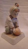 Zsolnay porcelán gyermek labdával szobor , téglalap talpú