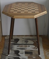 Intarziás sakk asztal.