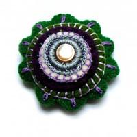 IPARMŰVÉSZ ÚJ Zöld virág - hímzett filc kitűző