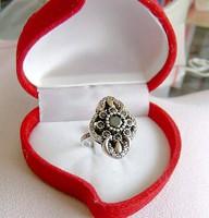 Onix kövekkel és apró topázzal díszített ezüst gyűrű