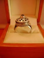 Viktorianus időkből származó,cián kapszula tartó ezüst anyagú gyűrű kis zafír kővel KURIOZUM