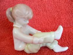 Porcelán aquincum kislány figura
