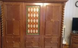 Kolonial ruhas szekrény, 3 ajtós, ólom üveggel