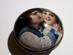 Vintage fotóval díszített fém doboz
